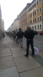 Ein Bild, das draußen, Gebäude, Bürgersteig, Straße enthält.  Automatisch generierte Beschreibung